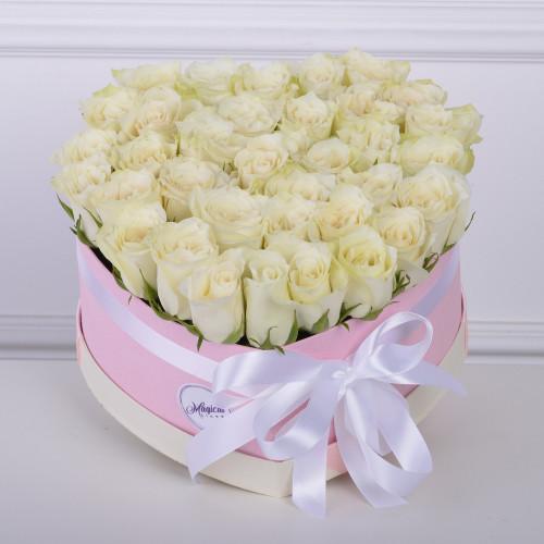 35 белых роза в коробки в форме сердца