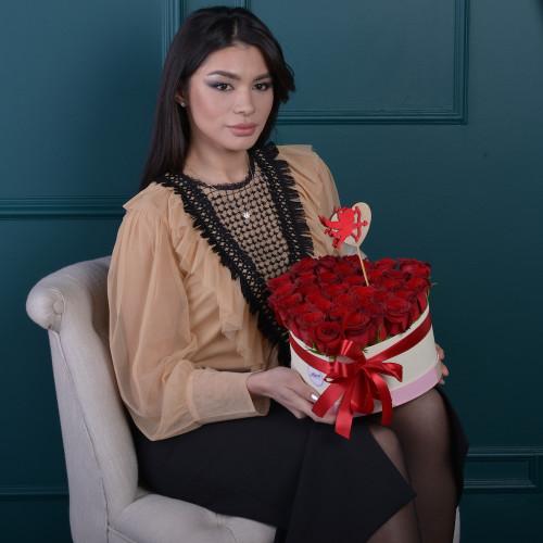 35 красных роза в коробки в форме сердца