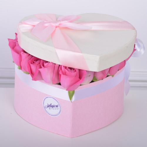 35 розовых роза в коробки в форме сердца