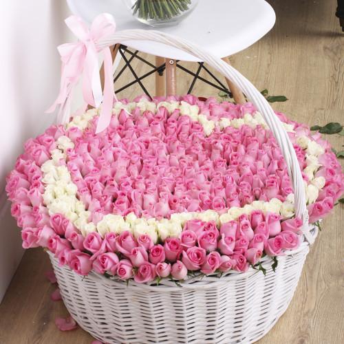 501 Розовая и белая роза в корзине