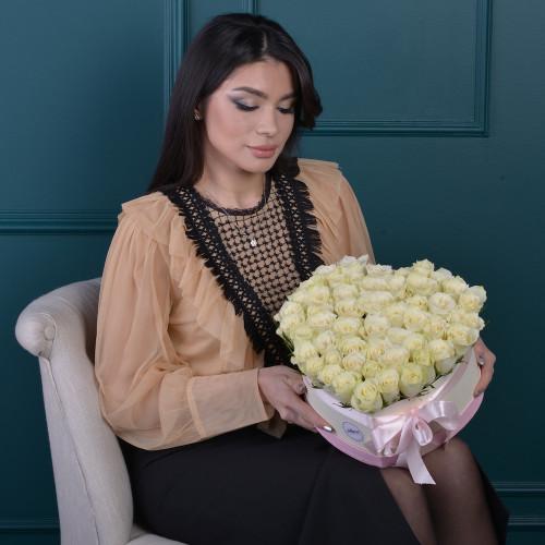 51 белая роза в коробки в форме сердца