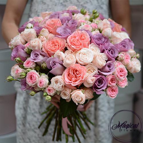 Букет из 51 одноголовой и кустовой розы